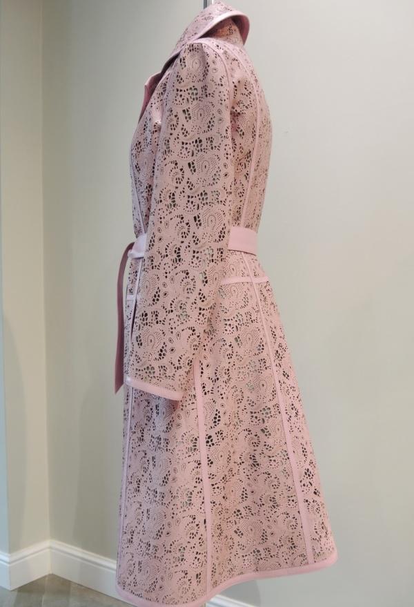 Пальто из розовой кожи фото