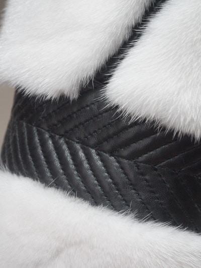 Шуба из белой норки с отделкой черной натуральной кожей на фото