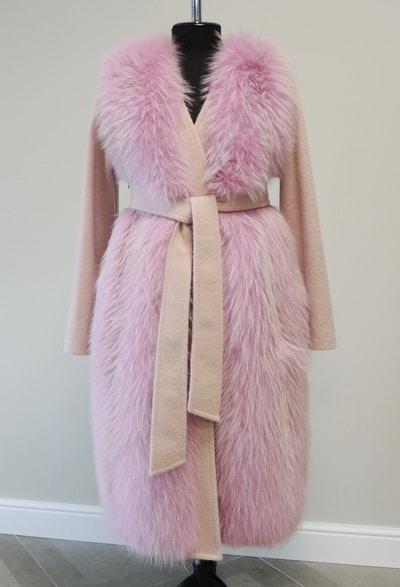 Пальто из кашемира с отделкой мехом енота на заказ
