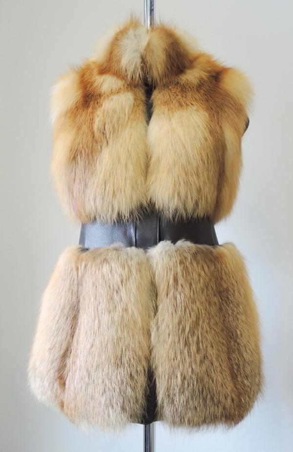 Жилет из рыжей лисицы с кожей фото