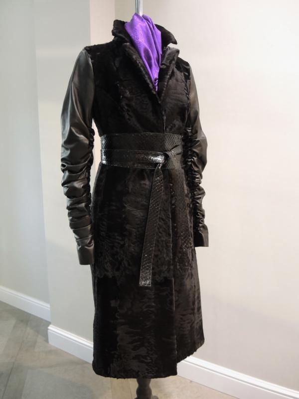 Пальто из каракульчи с рукавами и поясом из кожи фото