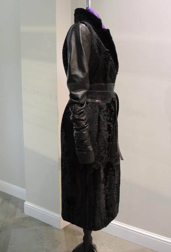 Пальто из каракульчи с рукавами и поясом из кожи в Минске